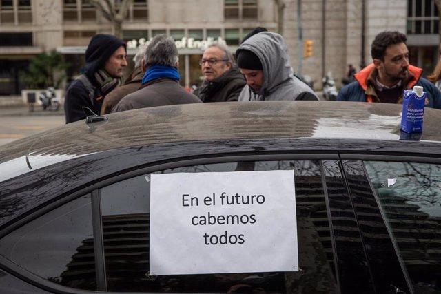 Els VTC de Barcelona abandonen la protesta a l'avinguda Diagonal