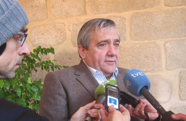 Antonio Hidalgo, rector de la UEx, atiende a los medios de comunicación