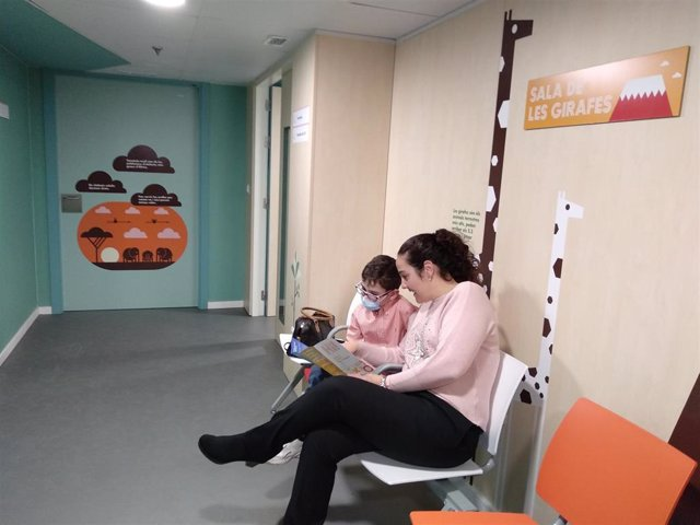 Un paciente pediátrico y su madre esperan en una sala de la Unidad de Fibrosis Q