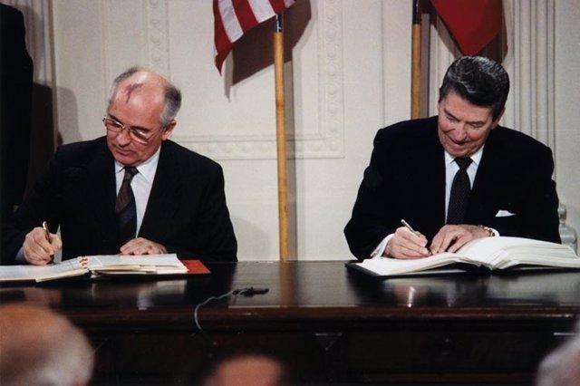 Reagan y Gorbachov firman el acuerdo INF sobre armas nucleares