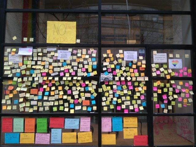 Missatges de suport a la porta del Centre LGTBI de Barcelona després de l'atac h