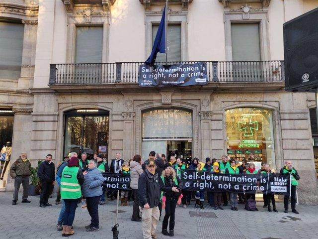Protesta de l'ANC davant la seu de la Comissió Europea a Barcelona