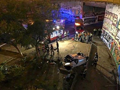 Detingut un conductor begut que s'ha estimbat amb un cotxe robat des de 7 metres en una plaça de Barcelona