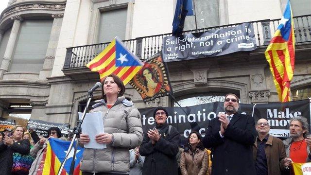 Elisena Paluzie i Josep Cruanyes (ANC) davant la seu de la Comissió Europea en B