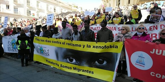 4. Cientos de personas se manifiestan en Sevilla bajo el lema 'Ninguna persona es ilegal'