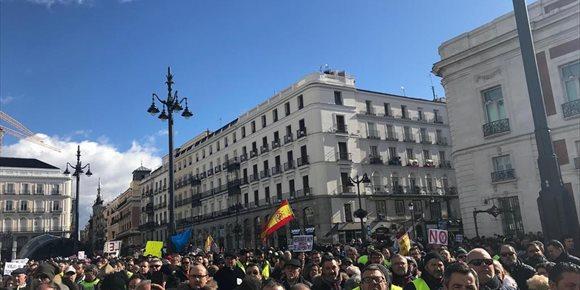 1. Pensionistas y taxistas se unen en una manifestación para reclamar mejoras sociales y acabar con la precariedad