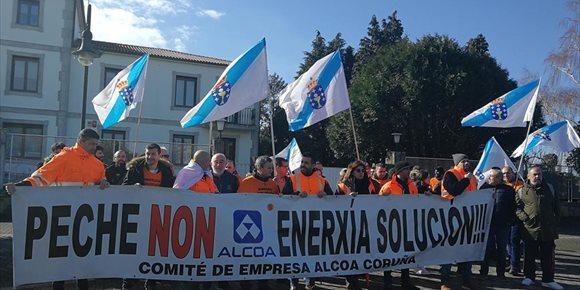 3. Un centenar de traballadores de Alcoa maniféstase nos portos de Vigo e Vilagarcía