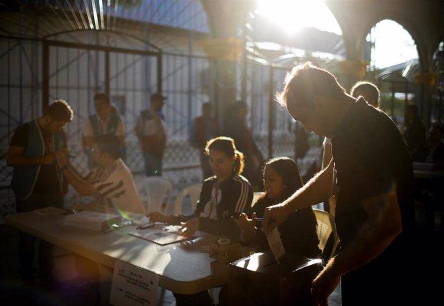 Los salvadoreños votan en la primera vuelta de las elecciones presidenciales