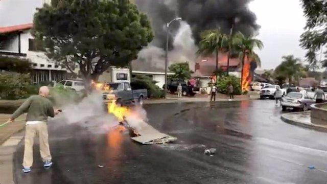 Un hombre extingue el fuego de parte de una avioneta estrellada en Yorda Linda,