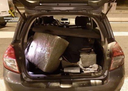 Decomissen 61 quilos d'haixix en el maleter d'un cotxe a la Jonquera (Girona)