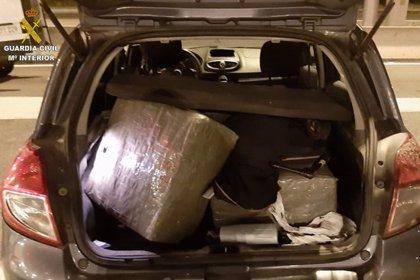 Detingut un conductor a la Jonquera per dur 61 quilos d'haixix al maleter del cotxe