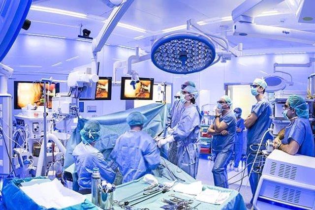 Metges i infermers a quiròfan (Arxiu)
