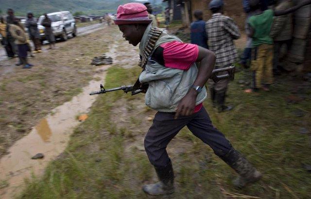 Combatiente congoleño de la milicia mai-mai
