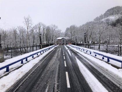 Este martes se vuelve a cerrar de nuevo el tráfico rodado en Ezcaray en el puente de la Estación sobre el río Oja