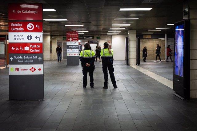 La Guàrdia Urbana a plaça Catalunya després del desallotjament dels manters