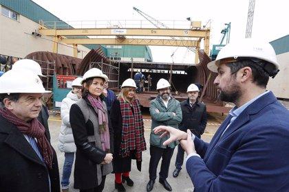 Reyes Maroto visita en Redondela (Pontevedra) el centro de elaboración de surimi de Pescanova