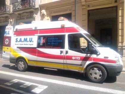 Una mujer sufre un traumatismo craneoencefálico al ser atropellada por un motorista, también herido en València