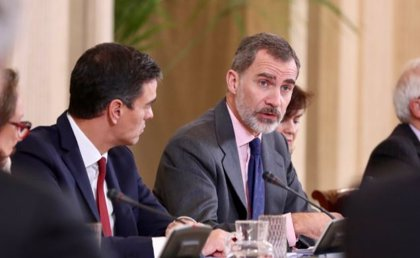 Felipe VI preside la reunión del Patronato de la Fundación Carolina, a la que asiste Pedro Sánchez
