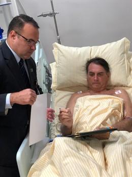 El presidente de Brasil, Jair Bolsonaro, en el hospital