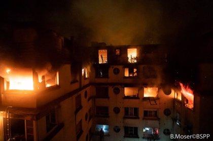 Almenys set morts i 28 ferits en un incendi a un edifici de París