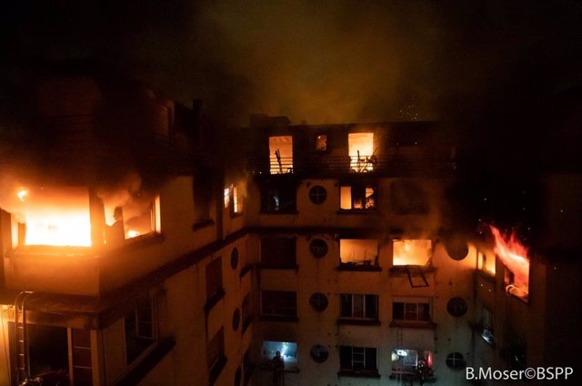 Fuego en un edificio residencial en el oeste de París