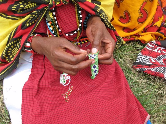 Mujer masai del Proyecto Pulseras Masai contra la Mutilación Genital Femenina