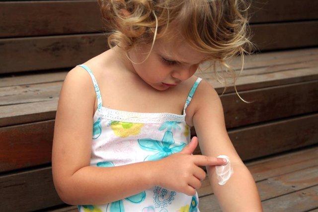 Cuidar la piel atópica, eczema, eccema, niña, crema