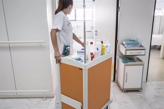 Enfermera lleva una carretilla de cuidados en el Hospital de Mollet (Barcelona)