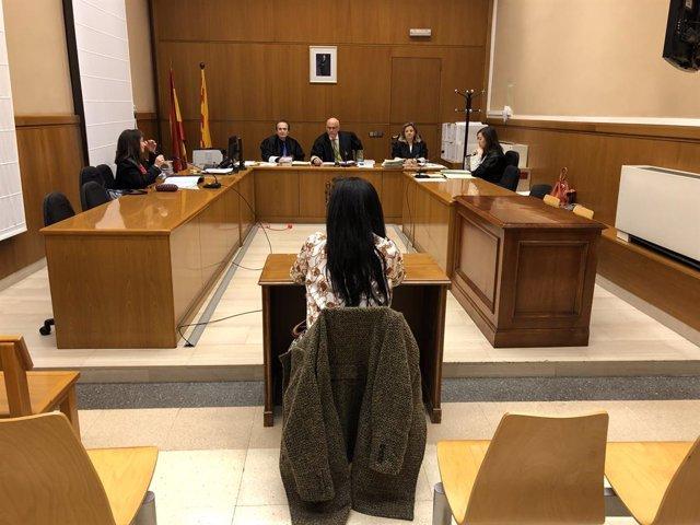 Judici a una funcionària de justícia per coaccions i falsificació