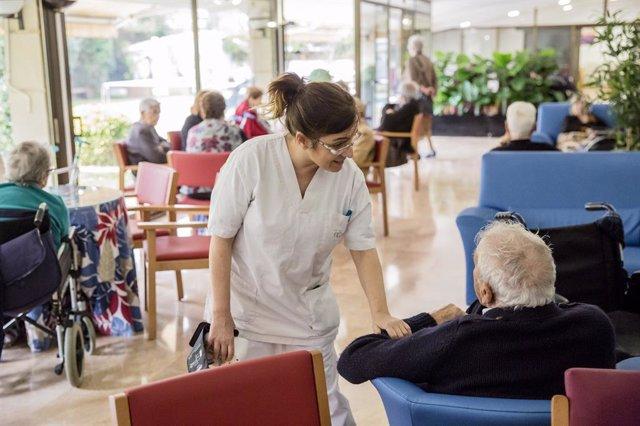 Una infermera fa el seguiment infermer a persones grans