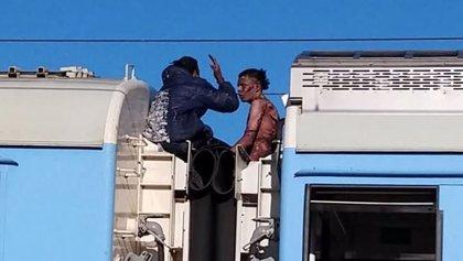 Dos jóvenes se electrocutan cuando viajaban en el techo del tren Roca en Argentina y el vídeo impacta en las redes