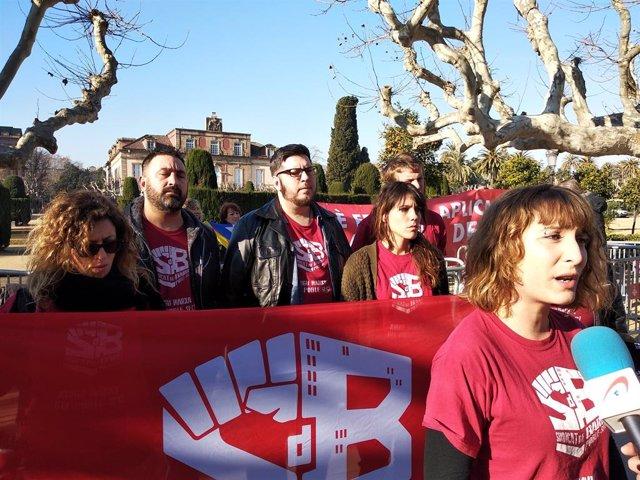 Activistes del Sindicat del Barri del Poble Sec davant del Parlament