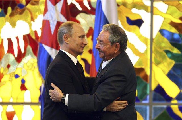 El presidente de Rusia, Putin, abraza a su homólogo de Cuba, Raúl Castro.