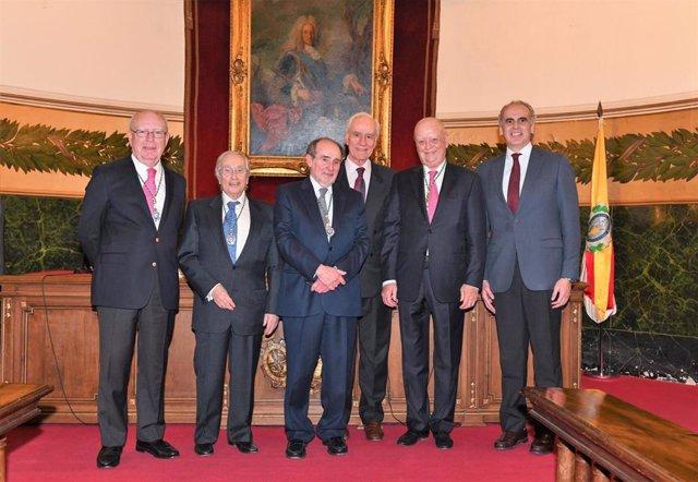 El presidente de ASISA, el doctor Francisco Ivorra, recibe la medalla de honor d