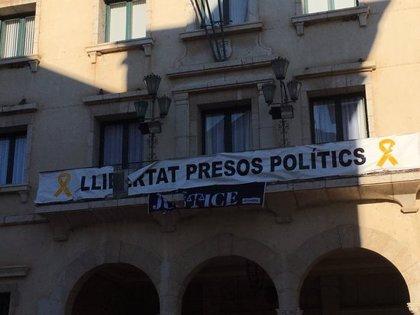 Identifiquen sis individus que arrencaven pancartes a favor dels presos de la façana de l'Ajuntament d'Amposta