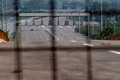 Militares venezolanos bloquean un puente en la frontera con Colombia para impedir la llegada de ayuda humanitaria