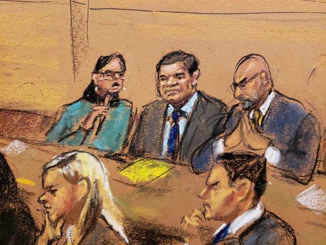 """FILE PHOTO: FILE PHOTO-Accused Mexican drug lord Joaquin """"El Chapo"""" Guzman (C) s"""