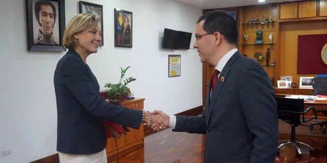 La diplomática europea Veronique Lorenzo y Jorge Arreaza