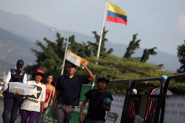 Venezolanos cruzando a Colombia por el puente Simón Bolívar