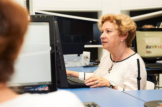 Mujer participa en un taller de informática en un EspacioCaixa