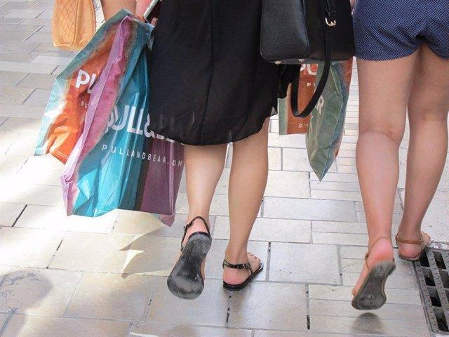 Imagen de archivo de dos compradoras en rebajas