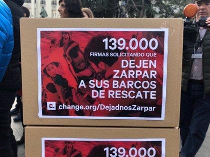 Los buques humanitarios Open Arms y Aita Mari entregan 139.000 firmas en el Congreso para exigir su desbloqueo