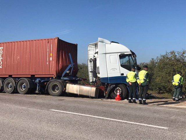 Camión implicado en el accidente con cinco fallecidos en Arahal (Sevilla)