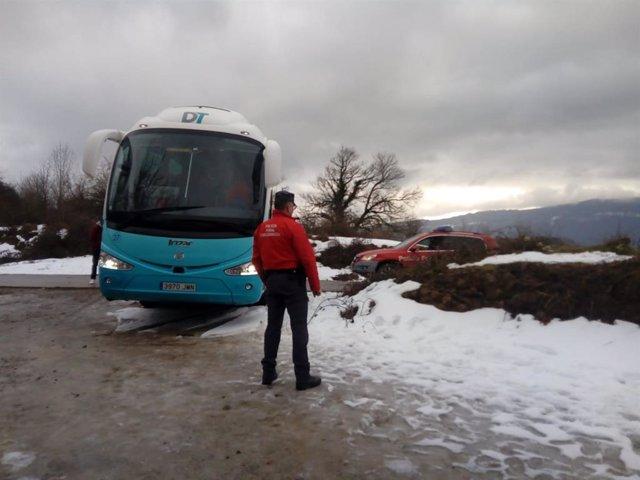 Un autobús se queda atascado en la nieve al intentar acceder a San Miguel de Ara