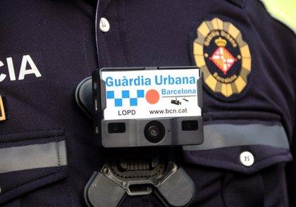 """La Guàrdia Urbana de Barcelona estrena càmeres personals per enregistrar situacions """"conflictives"""" i """"aclarir polèmiques"""""""