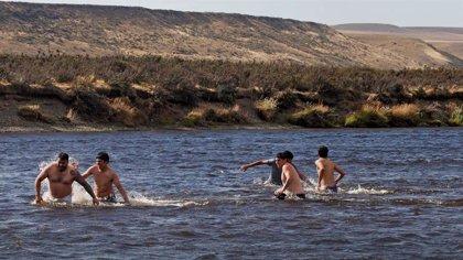 """Los vecinos de la Patagonia argentina se defienden ante la """"insoportable"""" ola de calor: """"No somos unos vagos"""""""