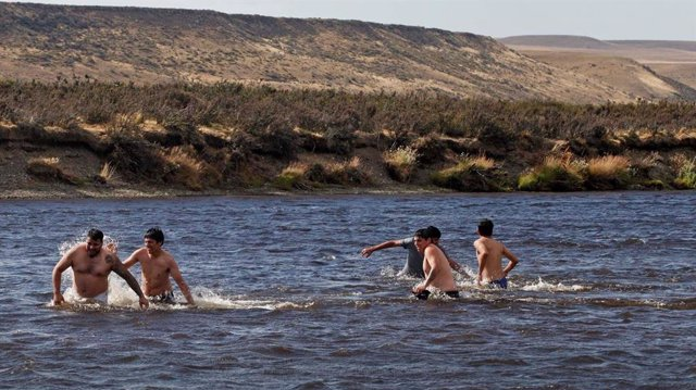 Los vecinos de la Patagonia argentina se defienden ante la insoportable ola de c