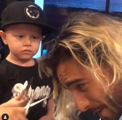 Maluma visita a niños enfermos de cáncer y deja que le corten la melena