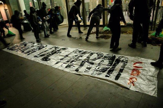 Els CDR aboquen excrements a la Ciutat de la Justícia de Barcelona