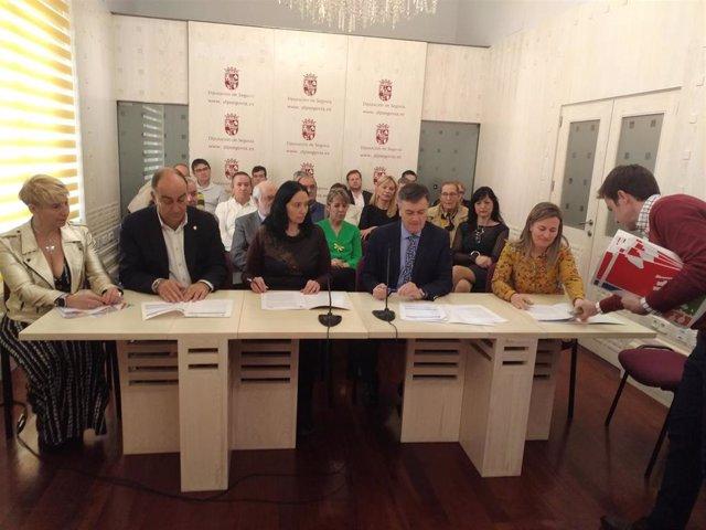 Vázquez (C) con los representantes de las 23 asociaciones